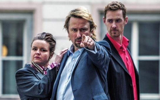 Náměstek vyzrál na policii; aby ho nemohla odposlouchávat, používal ruské telefonní číslo. Investigativní novináři a protikorupční aktivisté si posvítili na Karlovy Vary. I na Babiše