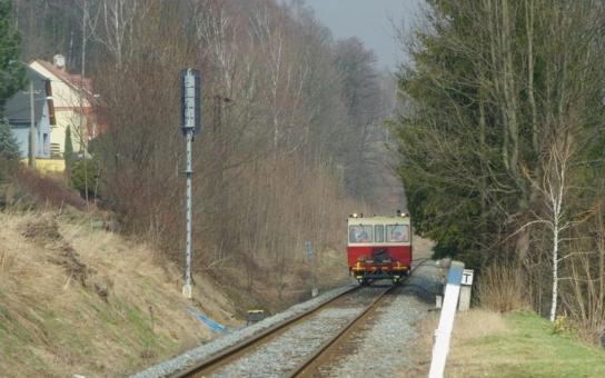 Příští čtvrtek začnou v Jeseníku výluky na železnici, vlaky nahradí na téměř půl roku autobusy. Za trpělivost cestující odmění nová nástupiště, vybavená bezbariérovými přístupy