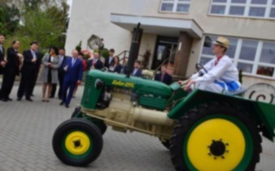 V padesátých letech jsme Číně dali traktory pro boj s hladomorem. Jeden historický kousek Zetoru předal nyní hejtman Hašek čínské delegaci. Tentokrát si jej ale dají do muzea