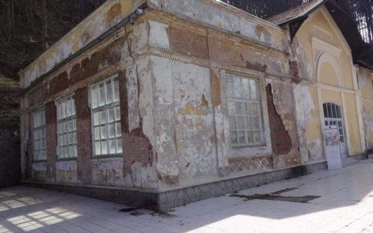 Empírová restaurace v Kyselce dál chátrá. Nad nejstarší částí se už střecha propadla, levá část, dostavěná ve 20. letech, dokonce už ani žádnou nemá