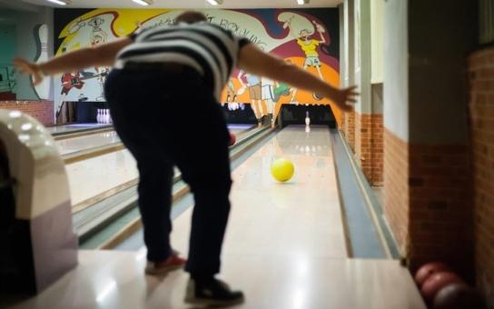 Na bowling, na hokej, do posilovny, na slavnostní večeři… Tohle neukazujte českým rodinám; na Okrouhlíku si uprchlíci totiž žili jako prasata v žitě. Máme foto