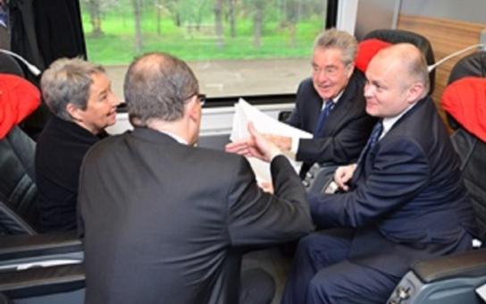 Hejtman Hašek a rakouská hlava státu v jednom kupé. Nejvyšší představitel doprovázel prezidenta Fischera, nemluvilo se ovšem jen o dopravě