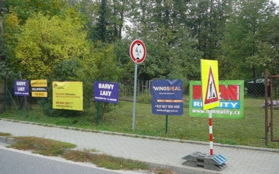 """Z plotů ve Valašském Meziříčí zmizí pachty, zakázáno je i obtěžování hlukem. """"Tyto reklamní nosiče do města nepatří,"""" říká místostarostka Wojaczková"""