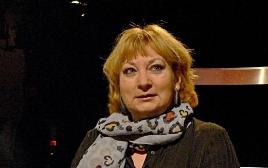 Čeští umělci nejsou o nic víc prodejní než ti zahraniční, myslí si známá kulturní publicistka. Jejich kritiky by vrátila do listopadu 1989. Tehdy národ křičel nadšením, když umělci hubu nedrželi