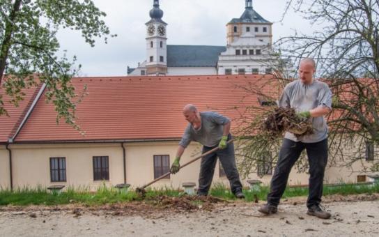 O zámek Pardubice pečují i vězni. Šetří nám pracovníky i finance, říká hejtman Netolický