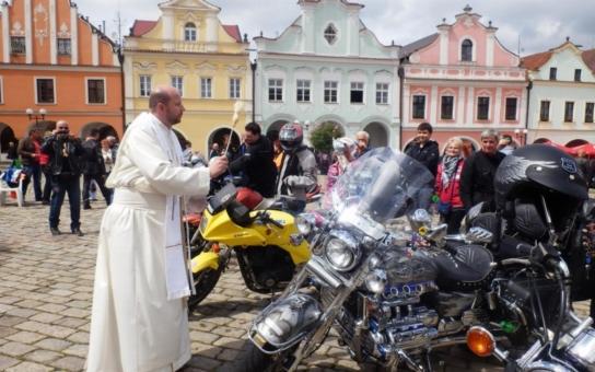 Motorkáři z Čech a Slovenska míří do Pelhřimova. Korunky, vybrané během Žehnání motorkám, budou věnovány dětskému oddělení tamní nemocnice