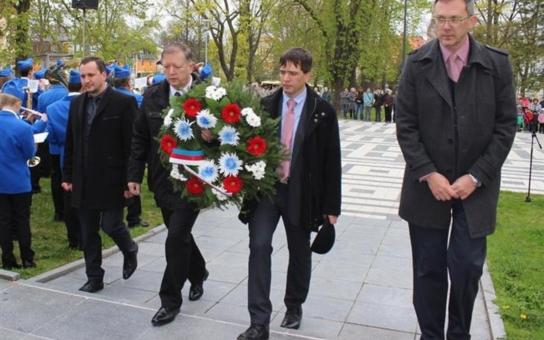 Cheb si připomněl památku osvoboditelů. Po vzpomínkovém setkání v Městských sadech následovaly pietní akty u ruského pomníku a památníku 1. pěší divize na Ypsilonce