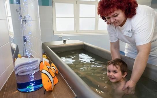 Děti v Luhačovicích mají uhličité koupele přímo v léčebně. Nápaditý vodní svět i hvězdné nebe přispějí k tomu, aby malí pacienti vydrželi během koupelí v klidu