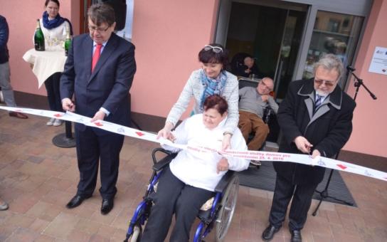 Ve dvou nových domech pro tělesně postižené v Hořicích našlo domov šestnáct klientů. Provoz speciálně vybavených objektů slavnostně zahájil hejtman Franc
