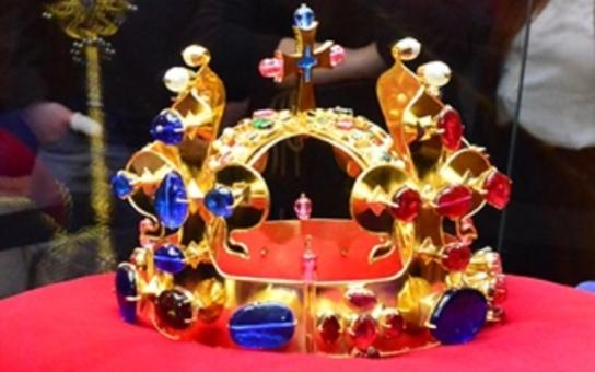 Repliky korunovačních klenotů jsou vystaveny na znojemském hradě. Vytvořil je zlatník, jehož šperky nosí papež i britská královna Alžběta