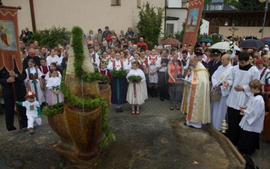 Atraktivní kulturní sezóna v Lázních Luhačovice začíná Otevíráním pramenů, v neděli pak budou prameny posvěceny. Zlatým hřebem letošního programu je páteční vystoupení Lucie Bílé
