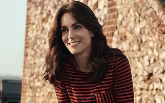 """Vévodkyně Kate pózuje jako kovbojka. """"Do galerie její fotky nepatří, ať se vrátí do trafiky, křičí kritici. Koukněte na Kalamity Jane britské královské rodiny"""