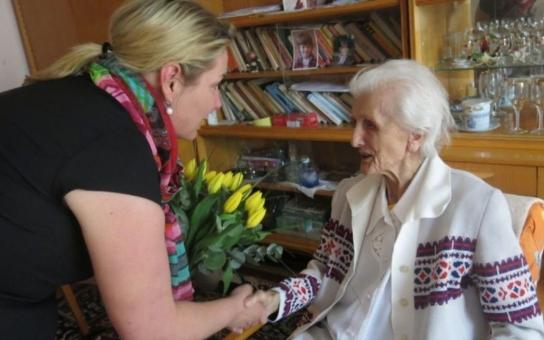 Nejstarší občanka Zlína oslavila ve zdraví 103. narozeniny. Nepotřebuje léky ani lékaře a nejraději odpočívá na balkóně pod slunečníkem
