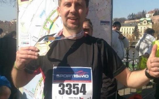 Pražský maraton doběhl Pavel Pacal na hranici kolapsu. Běžel pro Aleška Dennera, který trpí svalovou dystrofií a potřebuje nákladnou operaci v Izraeli