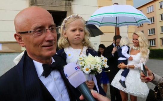 VÍME PRVNÍ Senátor Valenta se dnes tajně oženil, pozval jen nejbližší rodinu. Svatba byla v katolickém kostele ve Zlíně, nevěsta měla odvážnou svatební róbu nad kolena a vypadala na osmnáct