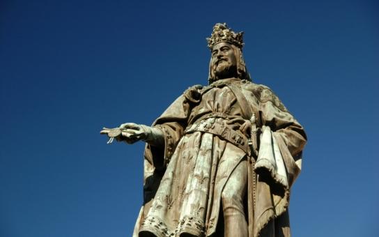 Karel IV. měl vylomenou střední část čelisti se šesti zuby a zlomeninu krční páteře. Co ještě odhalili lékaři o Otci vlasti? A kdo jsou jeho současní potomci?
