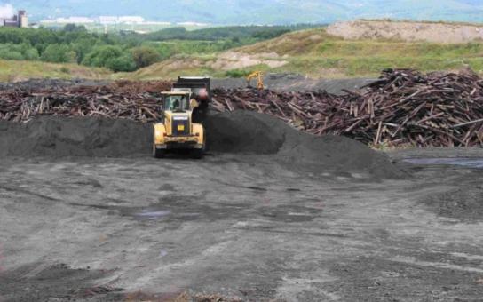 Na skládce u Litvínova jsou už téměř pět let skladovány toxické ropné kaly z ostravských lagun. Desetitisíce tun tu byly uloženy bez platného povolení, protestuje Arnika