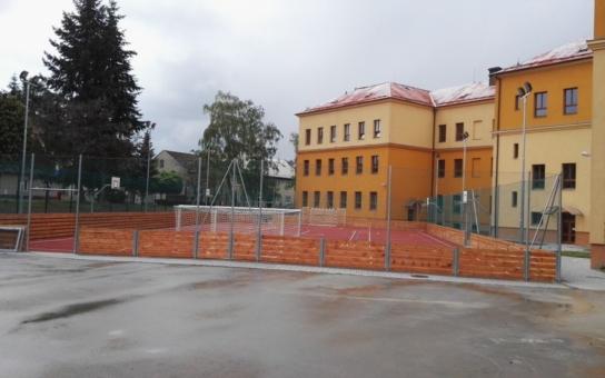 Město Šternberk předá dětem nové školní hřiště. Program slavnostního dne připravily děti s učiteli a rodiči, těšit se můžete i na spoustu dobrot
