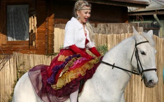 Hrachovcová se vdala stejně jako Bartošová – na bílém koni. Snad bude její osud příznivější než ten Ivetin. Koneckonců plešatý Čtvrtníček není Pomeje, natožpak Rychtář