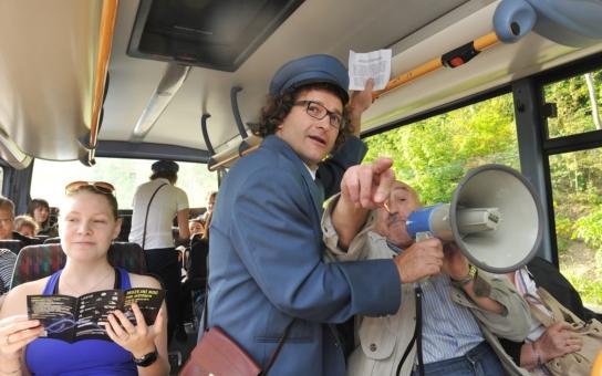 Herečka Anna Kulovaná a mim Martin Sochor provezli v rámci Muzejní noci stovky cestujících v retro autobusech a historických tramvajích