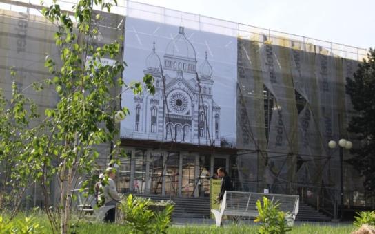 V Kroměříži je k vidění synagoga, kterou za války zbořili nacisté. Velkoplošné vyobrazení se nachází na stěně Domu kultury, tedy přesně v místě, kde tato monumentální stavba stávala
