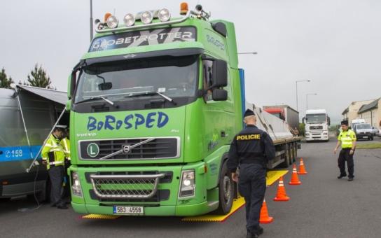 Speciální policejní auto bylo poprvé nasazeno při dopravně bezpečnostní akci v Kocourovci. V provozu bude denně, vybrané peníze vrátí kraj zpět do dopravy