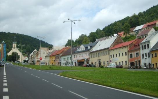 Jedno z kdysi nejslavnějších a nejvýznamnějších českých měst slaví významné jubileum v kulisách totální devastace. Dotace, které ho mohly zachránit, byly vyplýtvány na horská střediska a luxusní hotely