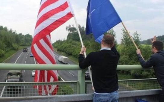 Topkaři v Plzni vítali americké vojáky v tričkách s portrétem knížete v číru. Když USA poslaly armádu na cizí území, nikdy tam nezůstala a netvrdila, že to patří jí, zaznělo na lávce