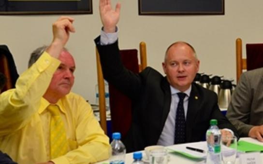 Krajská rada žádá přezkoumání stanoviska k těžbě štěrkopísku. Ministr Brabec se tím bude muset zabývat. Kauza vykazuje pár zvláštností...