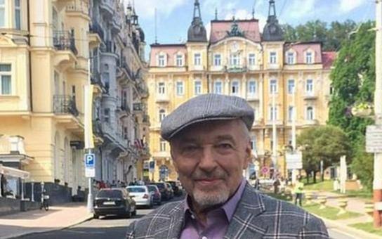 """Karel Gott už není na pražské Bertramce. """"Jen tak dále, Mistře. Hurááá,"""" píše fanynka. Kam odjel a jaké významné rozhodnutí učinil?"""