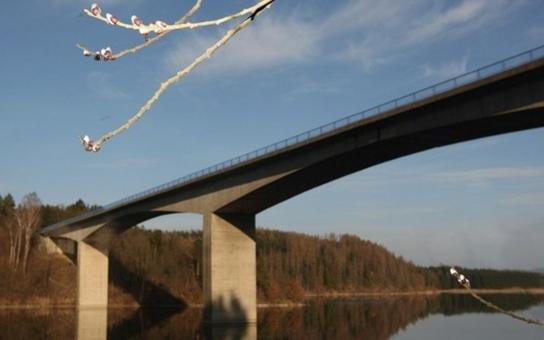Oprava jediného mostu přes Želivku konečně začíná. Potrvá několik měsíců a přinese místním obyvatelům třicetikilometrovou objížďku. Další etapou by tudíž měla být stavba nového mostu u Kožlí, který by sloužil především jim