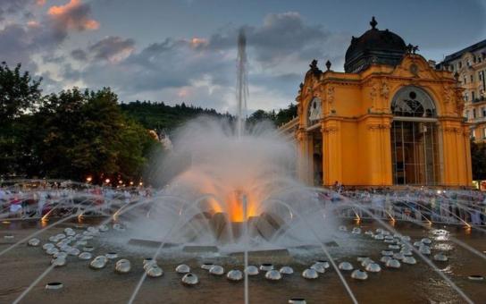 Zpívající fontána v Mariánských Lázních se rozeznívá každou lichou hodinu. Střídá osm skladeb, a navíc dva hudební skvosty od Smetany a Mozarta. Vybrat si můžete z přesně stanoveného programu