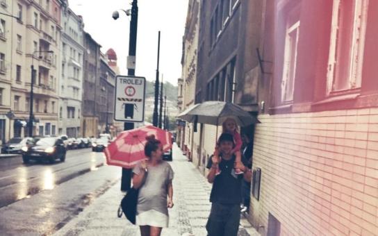 Paparazzi málem uštvali těhotnou ženu Tomáše Kluse dva dny před porodem. Od časopisu Spy bychom to čekali, ale seriózní Týden? To je na pěst, vyhrožuje zpěvák, teď už hrdý otec