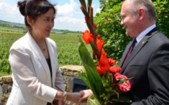 Hejtman doprovázel čínské vinařské podnikatele na cestě jižní Moravou. Pak ho neminulo vyhlášení ankety Vinařství roku