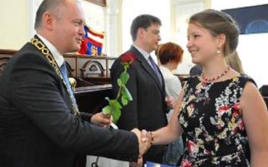 Absolventi Gymnázia Vídeňská převzali maturitní vysvědčení přímo z rukou hejtmana
