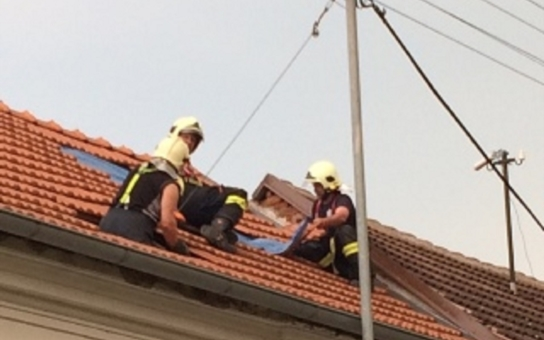 Zatopené sklepy, polámané stromy. Břeclavsko zasáhla prudká bouřka. V Moravské Nové Vsi hasiči spravují střechy