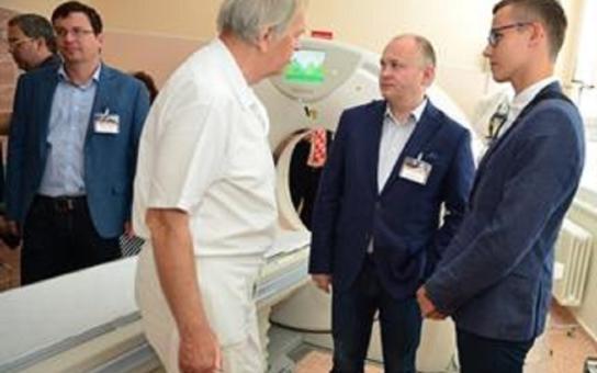 Nemocnice Vyškov má nový CT přístroj a shodou okolností zrovna oslavuje pětašedesátiny. Největším bohatstvím veřejného zdravotnictví jsou šikovní lidé, zdůraznil hejtman