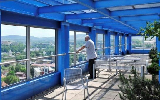 Rozhlédněte se po okolí z libereckého mrakodrapu, krajský úřad opět zpřístupnil vyhlídku z terasy v 17. patře. Další mimořádný zážitek nabízí jízda ojedinělým výtahem pater noster