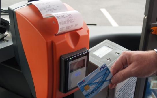 V děčínské MHD už můžete zaplatit bankovní kartou, praktickou novinkou je možnost přiřadit k ní i časový kupon. Vznikla tím plnohodnotná alternativa k současným speciálním dopravním kartám
