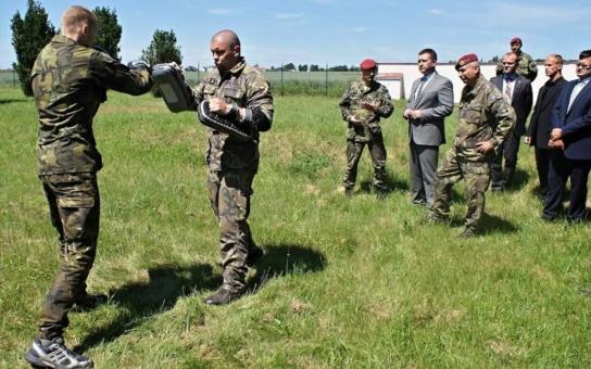 Měli bychom více využívat české zbrojařské firmy, prohlásil v Pardubickém kraji šéf sněmovny. Hejtman Netolický mu ukázal i skutečný unikát