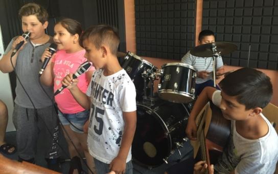Českobudějovické komunitní centrum na sídlišti Máj otevřelo novou hudebnu. Děti v ní mají k dispozici množství hudebních nástrojů a dokážou to 'rozbalit' opravdu naplno