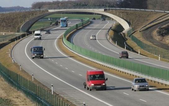 Pánbu zaplať, to to trvalo. V pondělí se otevře poslední úsek D11 u Hradce Králové. Dálnice se začala stavět před 40 (!) lety