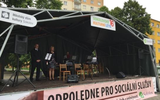 Na Starém náměstí v Sokolově se představili poskytovatelé sociálních služeb. Lidé se mohli seznámit s provozovateli a koupit drobné zboží ze sociálních a terapeutických dílen u dvaceti stánků