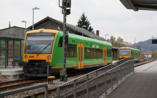 Nový přímý vlak k Máchovu jezeru v Doksech vyjede poprvé již o víkendu, moderní vozy mohou využít i cyklisté. Zastavovat bude v různých stanicích, které jsou oblíbeným výchozím místem pro výlety pěšky i na kole