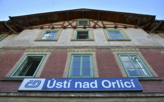 Více než dvě stovky lidí si přišly prohlédnout zrekonstruovanou historickou nádražní budovu v Ústí nad Orlicí. Město bude s novým vlastníkem spolupracovat, v první řadě dodá lavičky, které cestující velmi postrádají