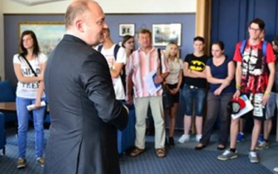 Den otevřených dveří krajského úřadu nabídl nevšední podívanou: vytáčení medu, záchranu lidského života, ale také módu