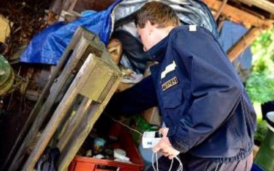 Hejtman musel vyhlásit stav nebezpečí. Záchranářské složky v Nedvědici likvidují tuny nelegálně uskladněných nebezpečných chemikálií