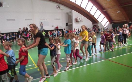 Program Děti v pohybu se letos poprvé uskutečnil i v Kroměříži. Cvičení dětem zpestřil a proložil písničkami populární zpěvák Standa Hložek, který roztančil celou halu včetně dospělých