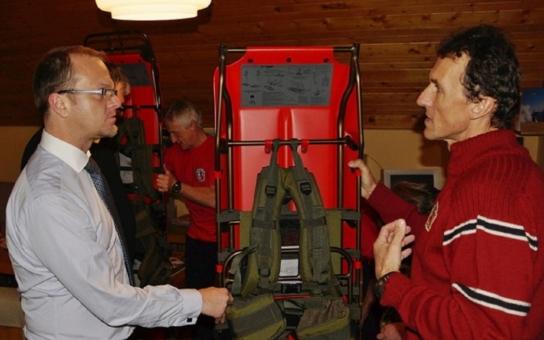 Nosítka, defibrilátory či skialpinistické lyže... Nyní hejtman Netolický podepsal statisíce na nové čtyřkolky pro horské záchranáře na Dolní Moravě