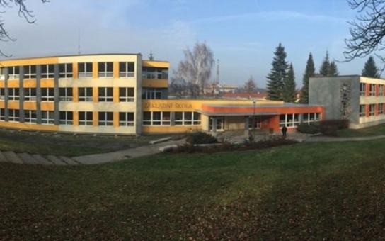 Vyčerpaní karlovarští učitelé vstoupili kvůli ředitelce do stávky. Její zástupkyně prý byla bolševickým způsobem zaříznuta. Náměstek kvůli tomu nespí